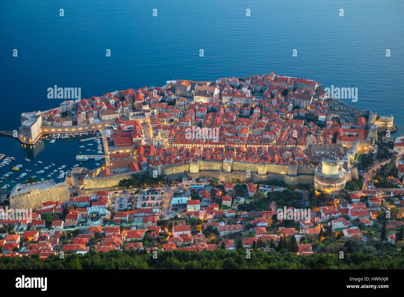Dubrovnik, Croacia. Bonito y romántico casco antiguo de Dubrovnik durante la puesta de sol. Foto de stock