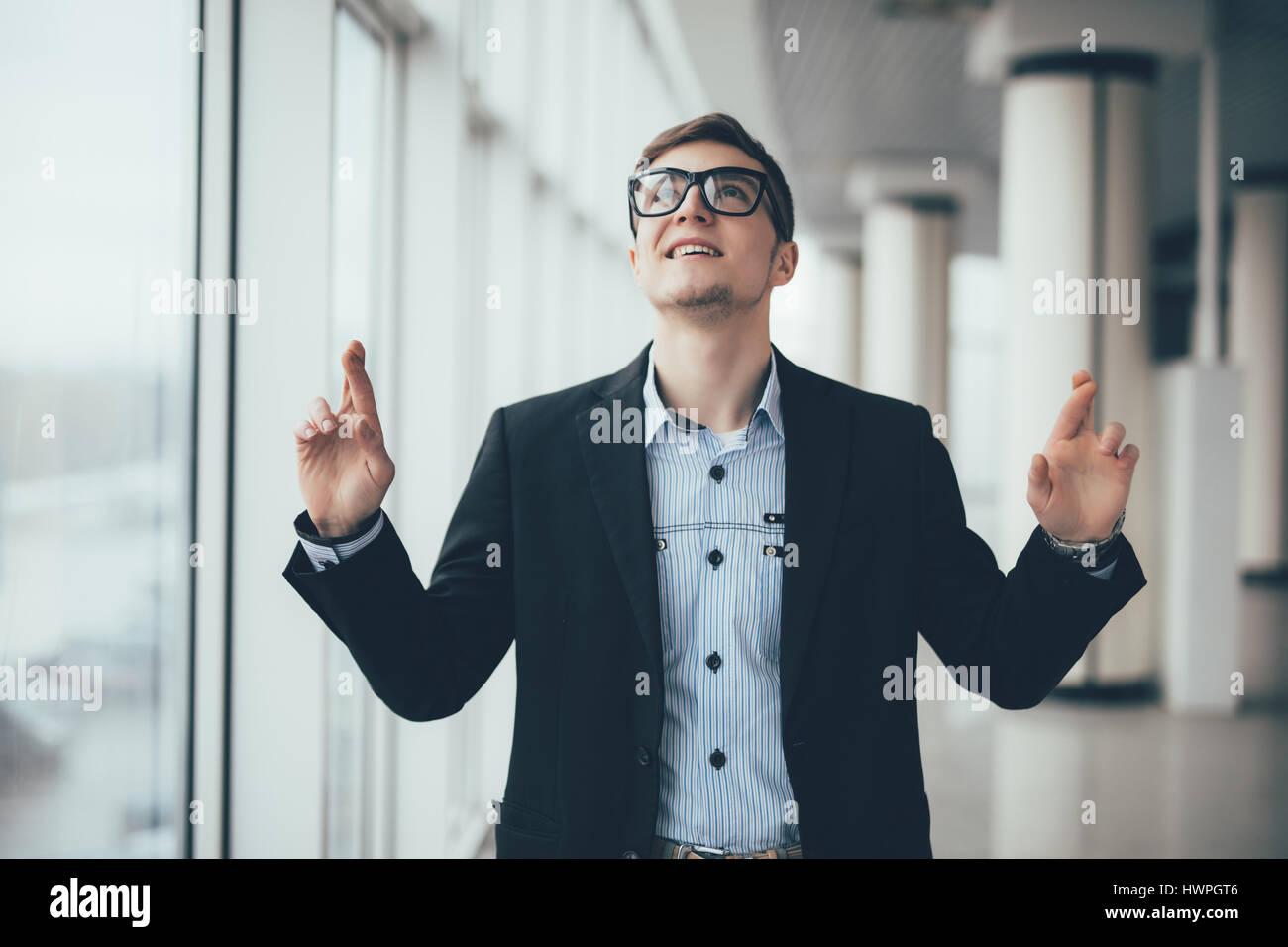 Empresario apuntando hacia arriba en el espacio en la oficina de copia Imagen De Stock
