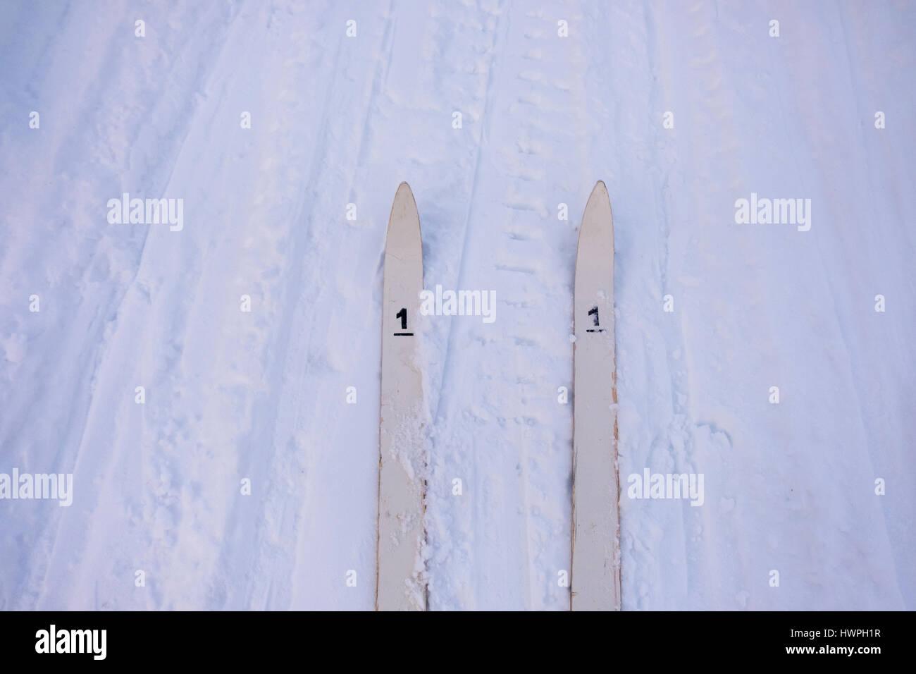 Un alto ángulo de visualización de esquíes con el número 1 en el campo cubierto de nieve Imagen De Stock