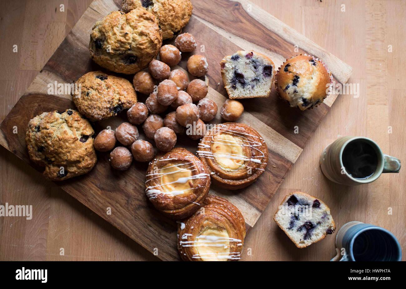 Un alto ángulo de vista de alimentos dulces con el café en la mesa de madera Imagen De Stock