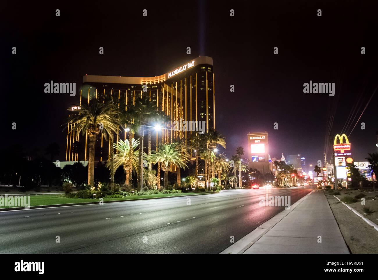 La tira y el Mandalay Bay Hotel y Casino de la noche - Las Vegas, Nevada, EE.UU. Foto de stock