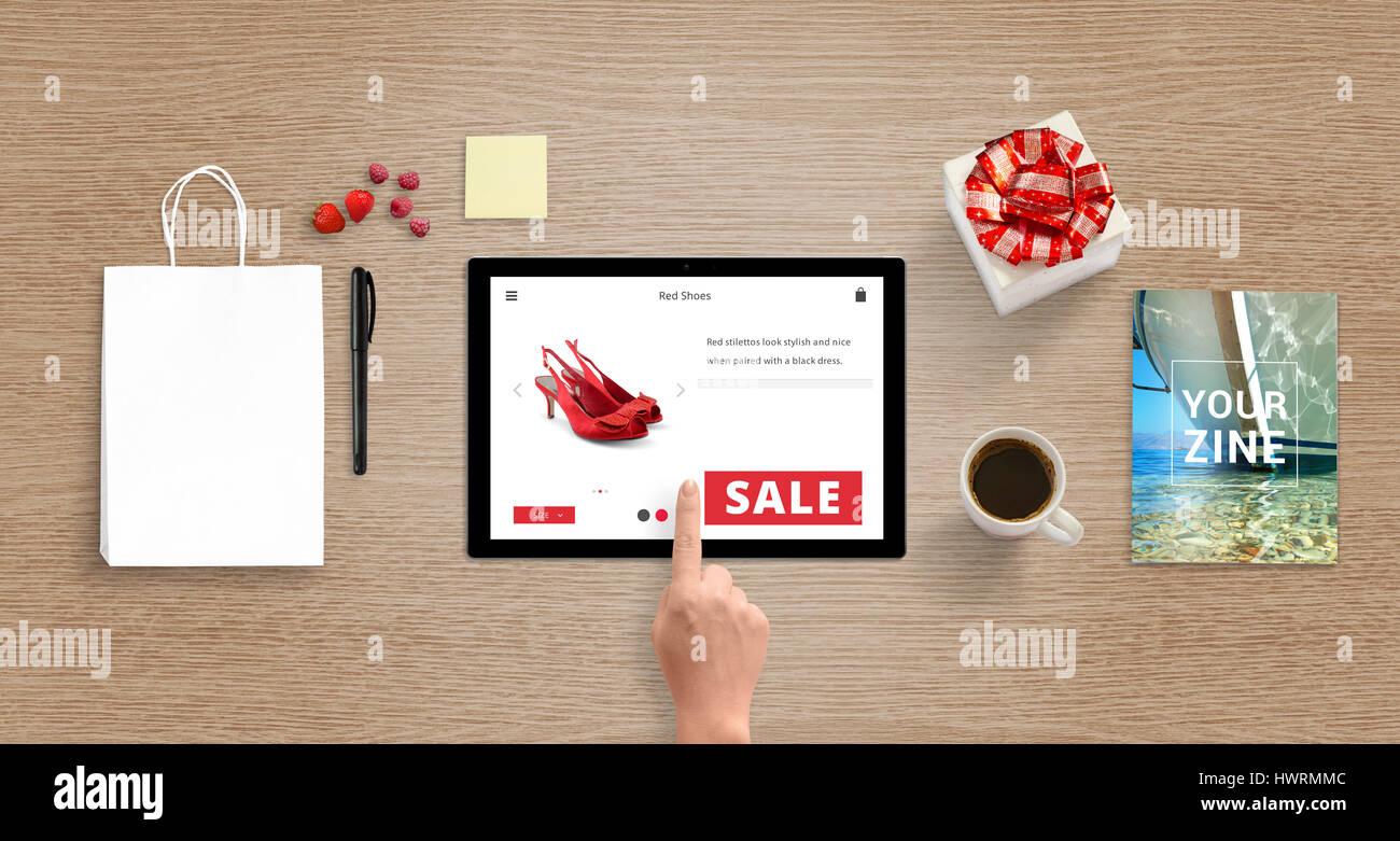 50fa13d9a Compras con tablet. Mujer comprar zapatos rojos online. Bolsa de compras  para el boceto al lado. Vista superior del escritorio con caja de regalo