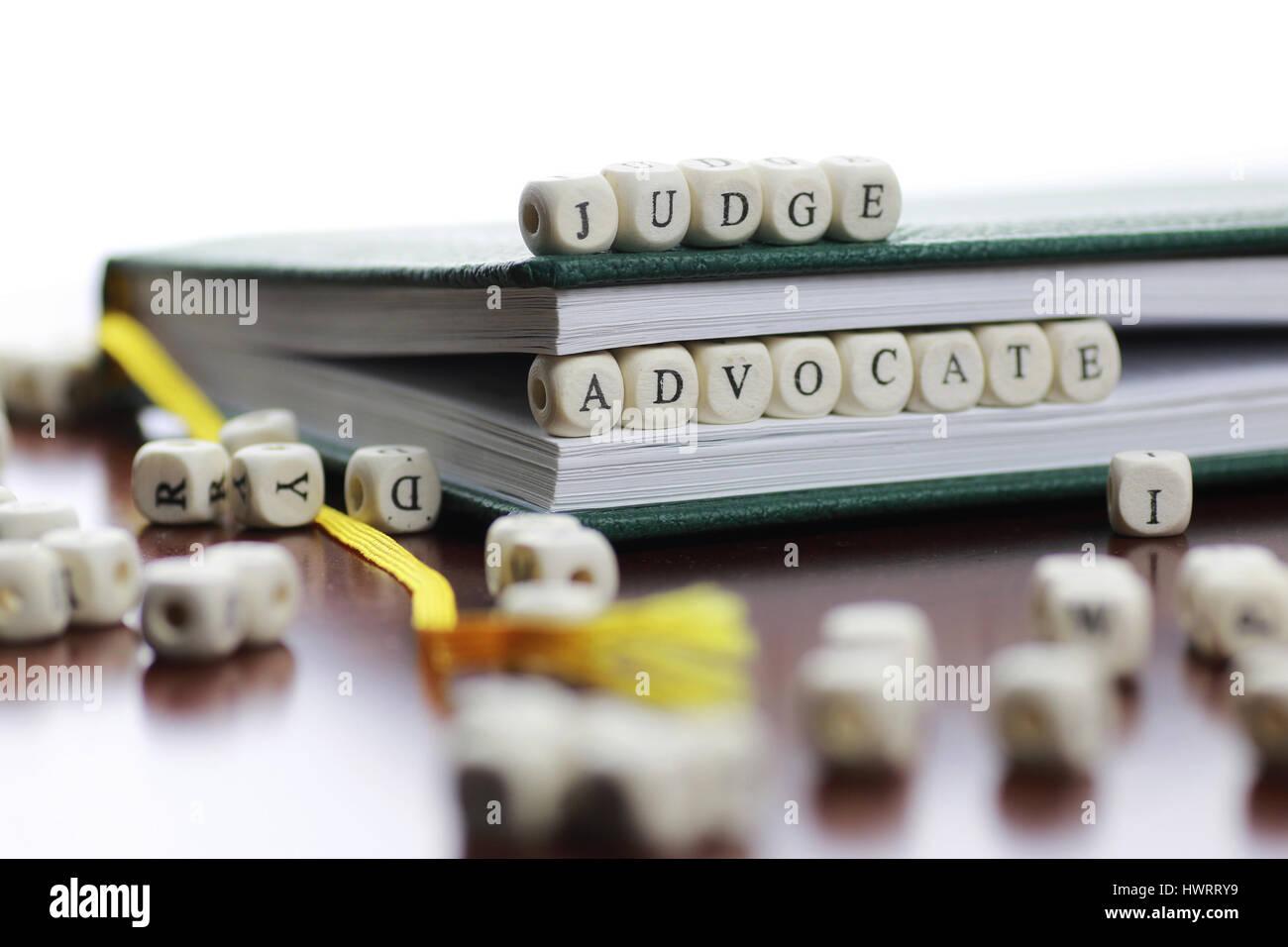 Texto la ley y juez de cubo Foto de stock