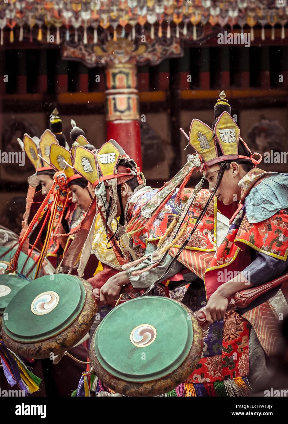 Los hombres que realizan la danza tradicional Foto de stock