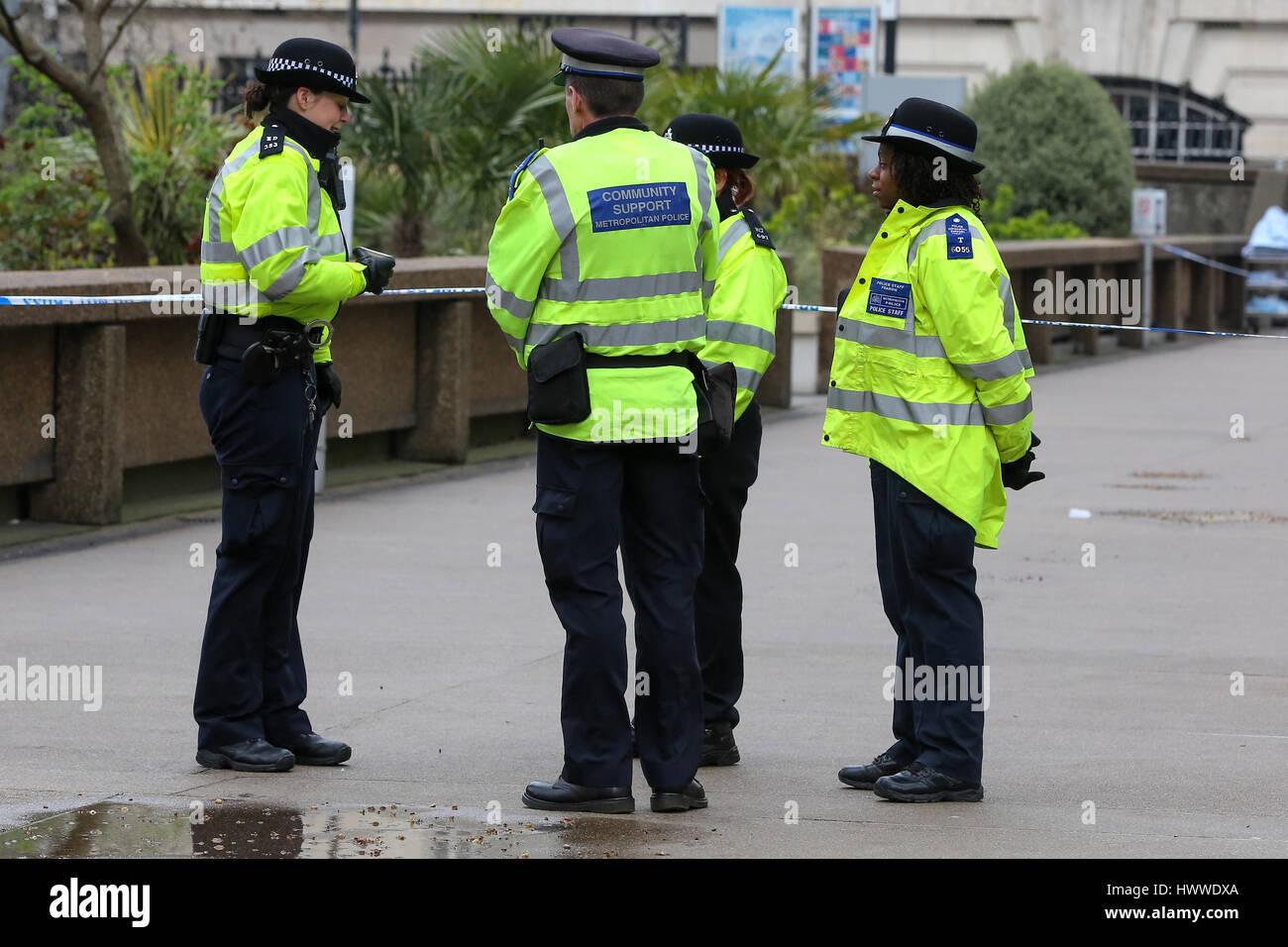 Westminster, London, UK 23 Mar 2017- Agentes de la Policía fuera del hospital St Thomas. Scotland Yard dijo el 23 de marzo de 2017 que la policía ha realizado siete arrestos en redadas realizadas durante la noche en Birmingham, Londres y otras ciudades en el país tras el ataque terrorista en el Palacio de Westminster y el puente de Westminster, el 22 de marzo de 2017, dejando un saldo de cuatro muertos, incluido el atacante, y 29 personas resultaron heridas. Crédito: Dinendra Haria/Alamy Live News Foto de stock