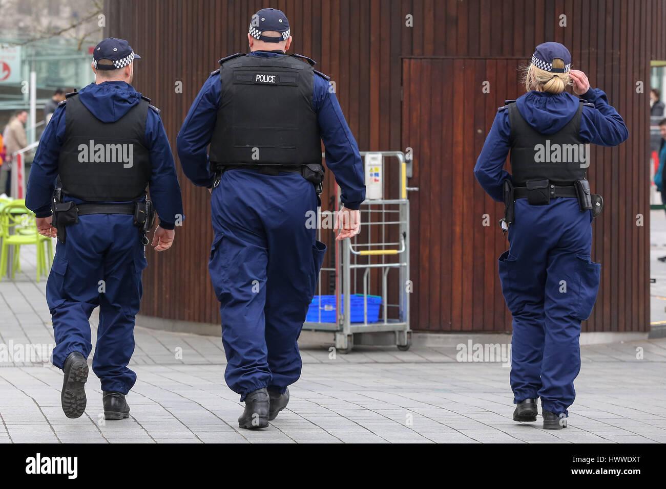 Westminster, London, UK 23 Mar 2017- Policías alrededor del Ojo de Londres. Scotland Yard dijo el 23 de marzo de 2017 que la policía ha realizado siete arrestos en redadas realizadas durante la noche en Birmingham, Londres y otras ciudades en el país tras el ataque terrorista en el Palacio de Westminster y el puente de Westminster, el 22 de marzo de 2017, dejando un saldo de cuatro muertos, incluido el atacante, y 29 personas resultaron heridas. Crédito: Dinendra Haria/Alamy Live News Foto de stock