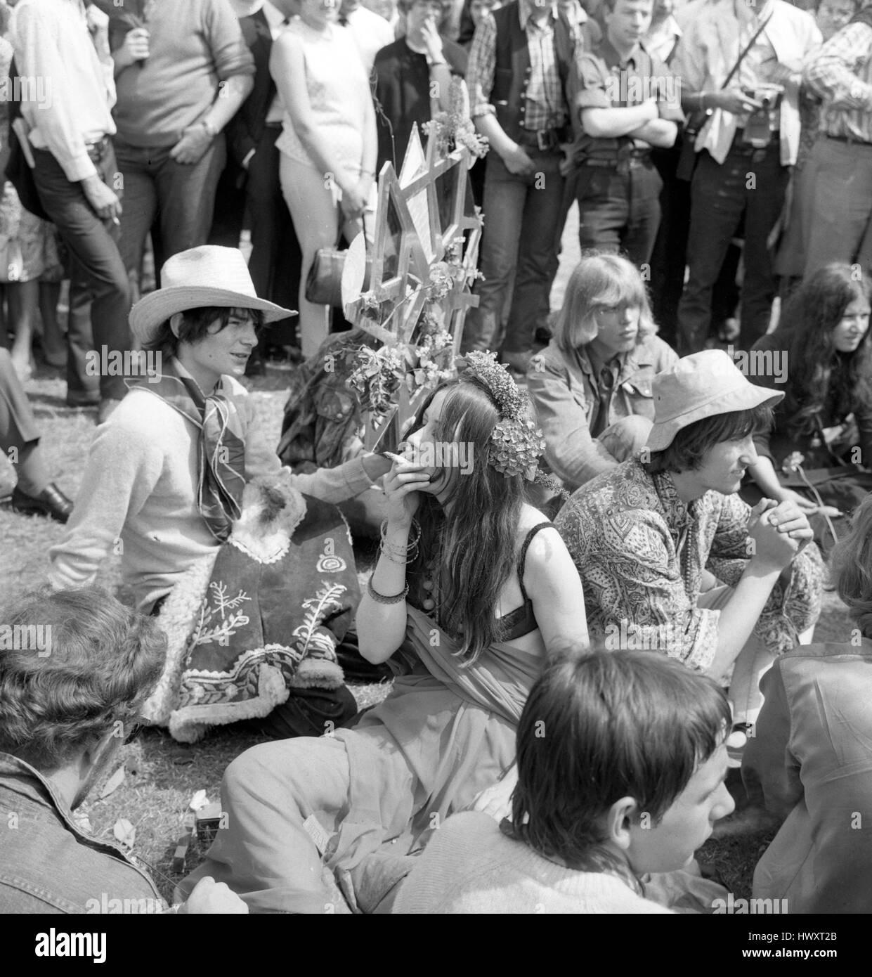 Speakers' Corner en Hyde Park, Londres, se convirtió en un paraíso del fumador cuando la capital de la flor los niños reunidos para un mitin llamando a legalizar la droga Cannabis. Foto de stock