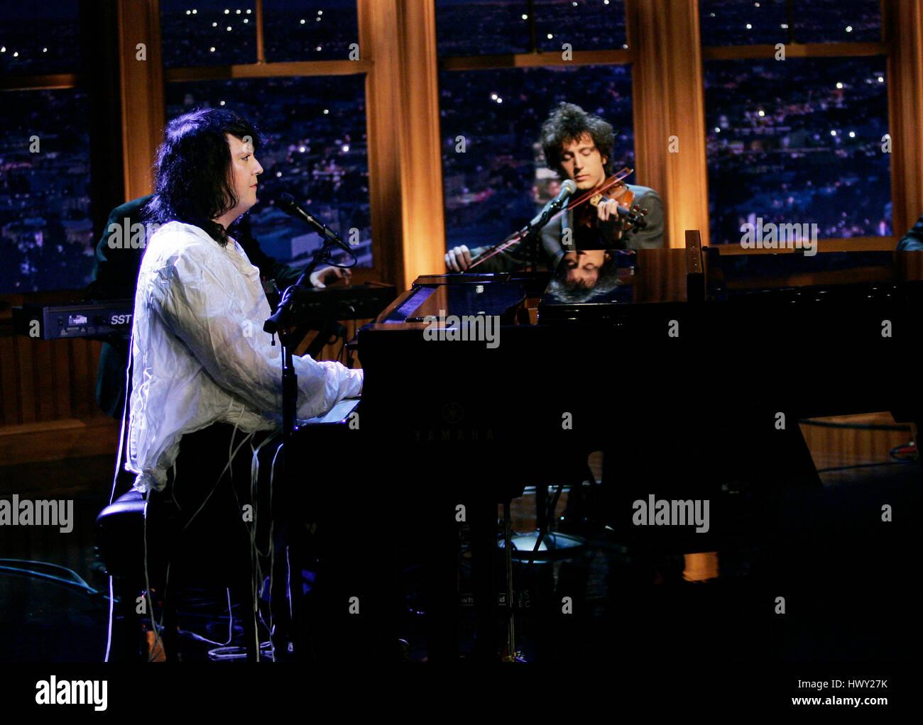 Cantante Anohni aka Antony Hegarty de Antony y los Johnsons realiza durante un segmento de 'La tarde Late Show Imagen De Stock