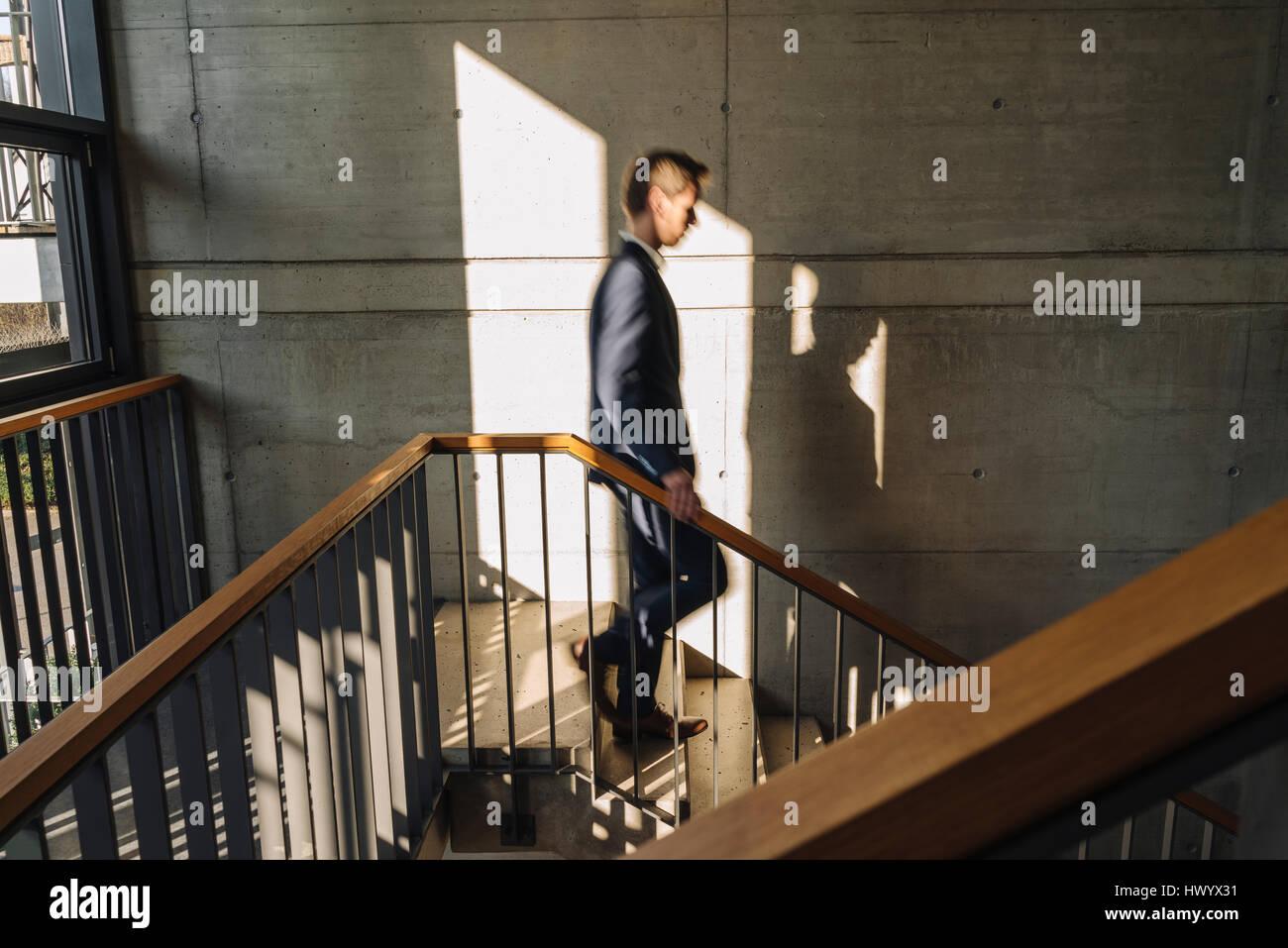 Empresario caminando escaleras abajo Imagen De Stock