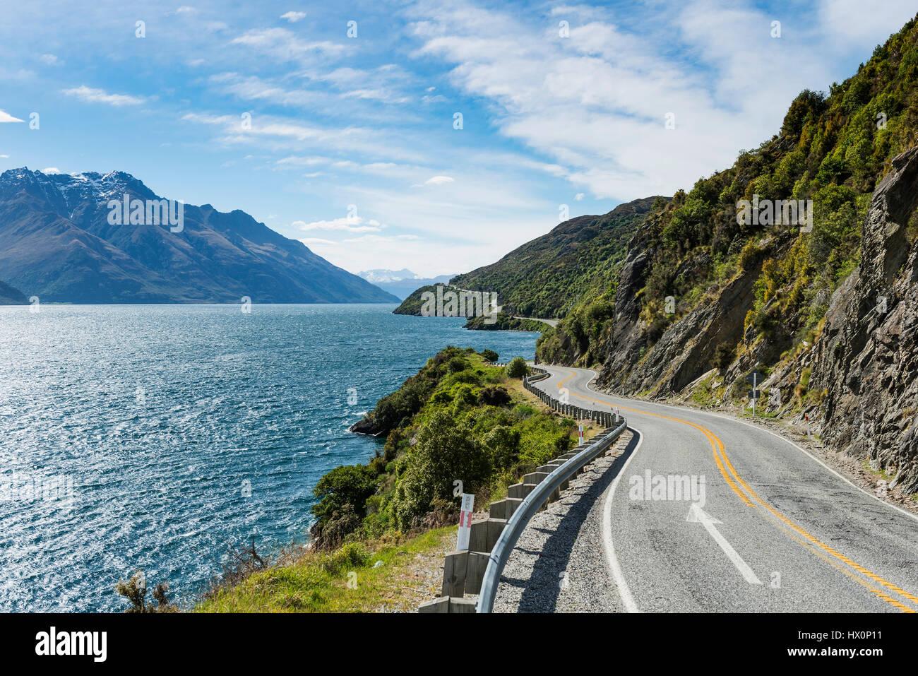 Camino en el lago Wakatipu, diablos, escalera, Otago, Southland, Nueva Zelanda Foto de stock