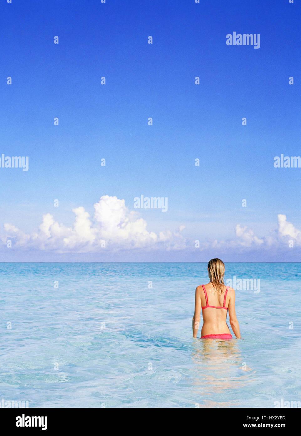 Vista posterior de la mujer en el océano, las Islas Turcas y Caicos Imagen De Stock