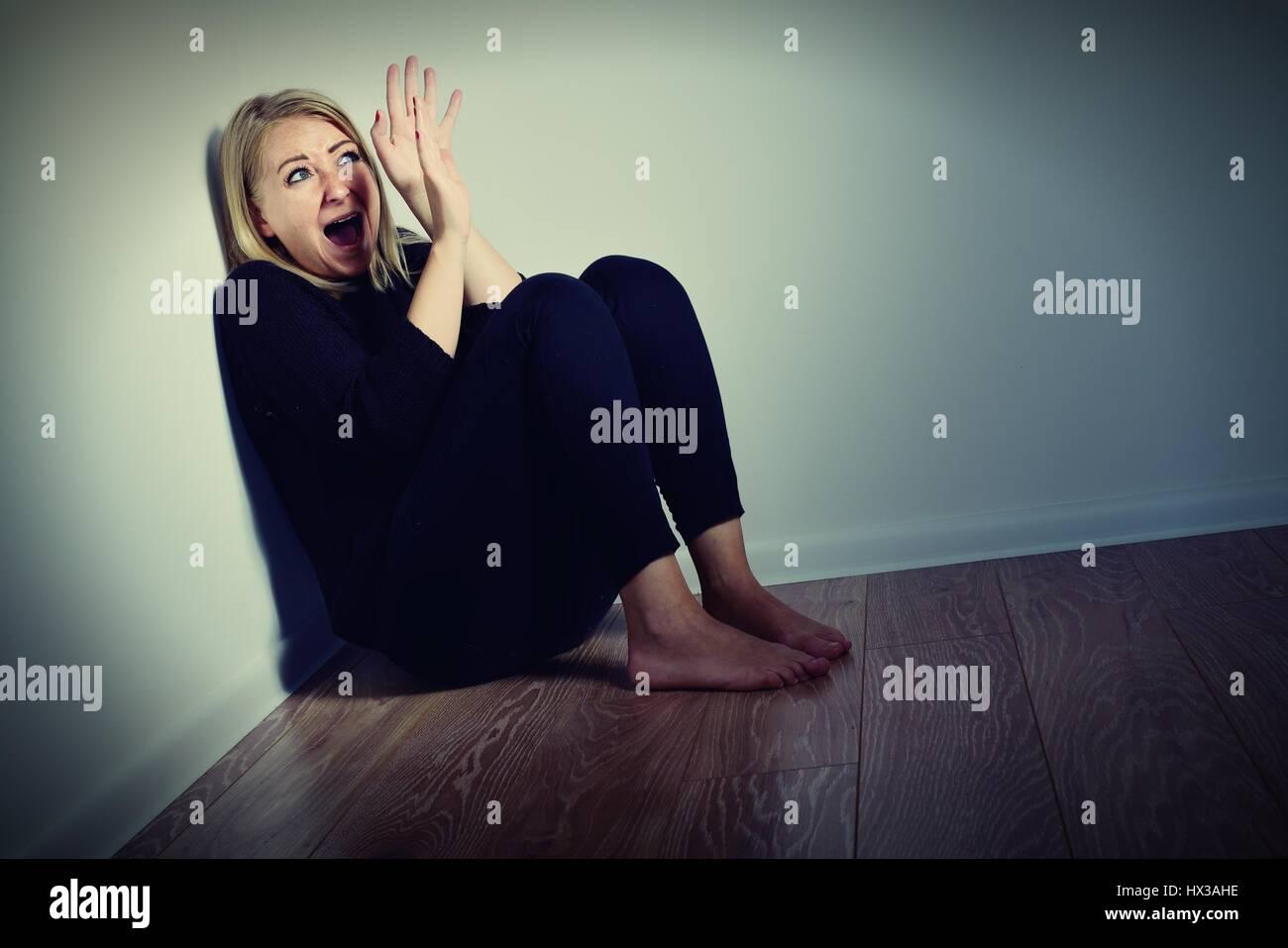 Miedo de la mujer. Miedo y gritando. Foto de stock