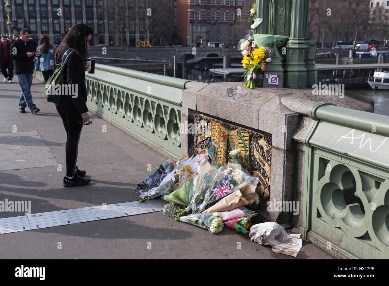 Londres, Reino Unido. 24 Mar, 2017. Los londinenses dejar homenajes florales para las víctimas del ataque terrorista en Westminster Bridge. Crédito: Bettina Strenske/Alamy Live News Foto de stock