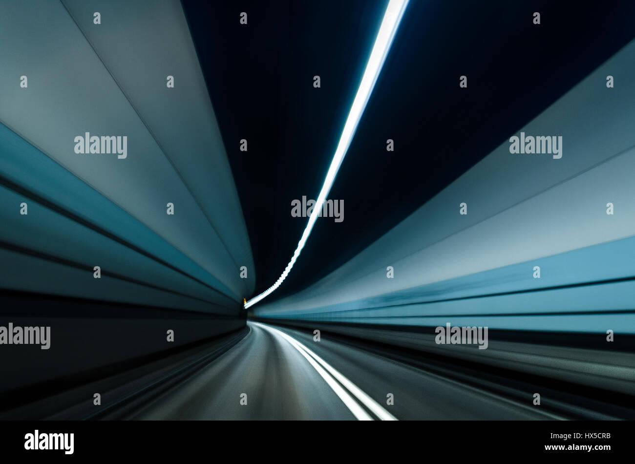 Túnel de Dartford Desenfoque de movimiento, viajando a través del túnel Foto de stock