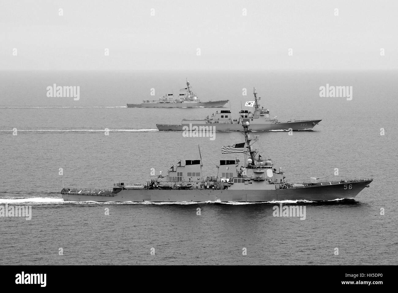 La clase Arleigh Burke de misiles guiados destructor USS John S. McCain (DDG 56), República de Corea Marina destructor de clase Aegis ROKS Seoae-Yu-Seong-Ryong DDG (993), y la clase Arleigh Burke de misiles guiados destructor USS McCampbell (DDG 85) participar en ejercicio Foal Eagle 2013, al oeste de la Península de Corea, en 2013. Imagen cortesía de Declan Barnes/US Navy. Foto de stock