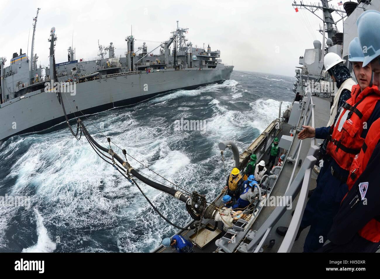 Comando de Transporte Marítimo Militar de apoyo de combate rápido buque USNS Rainier (T-AOE-7) y Arleigh Burke clase de misiles guiados destructor USS McCampbell (DDG 85) durante una reposición en alta mar, al oeste de la Península de Corea, en 2013. Imagen cortesía de Declan Barnes/Imagen cortesía de la US Navy. Foto de stock