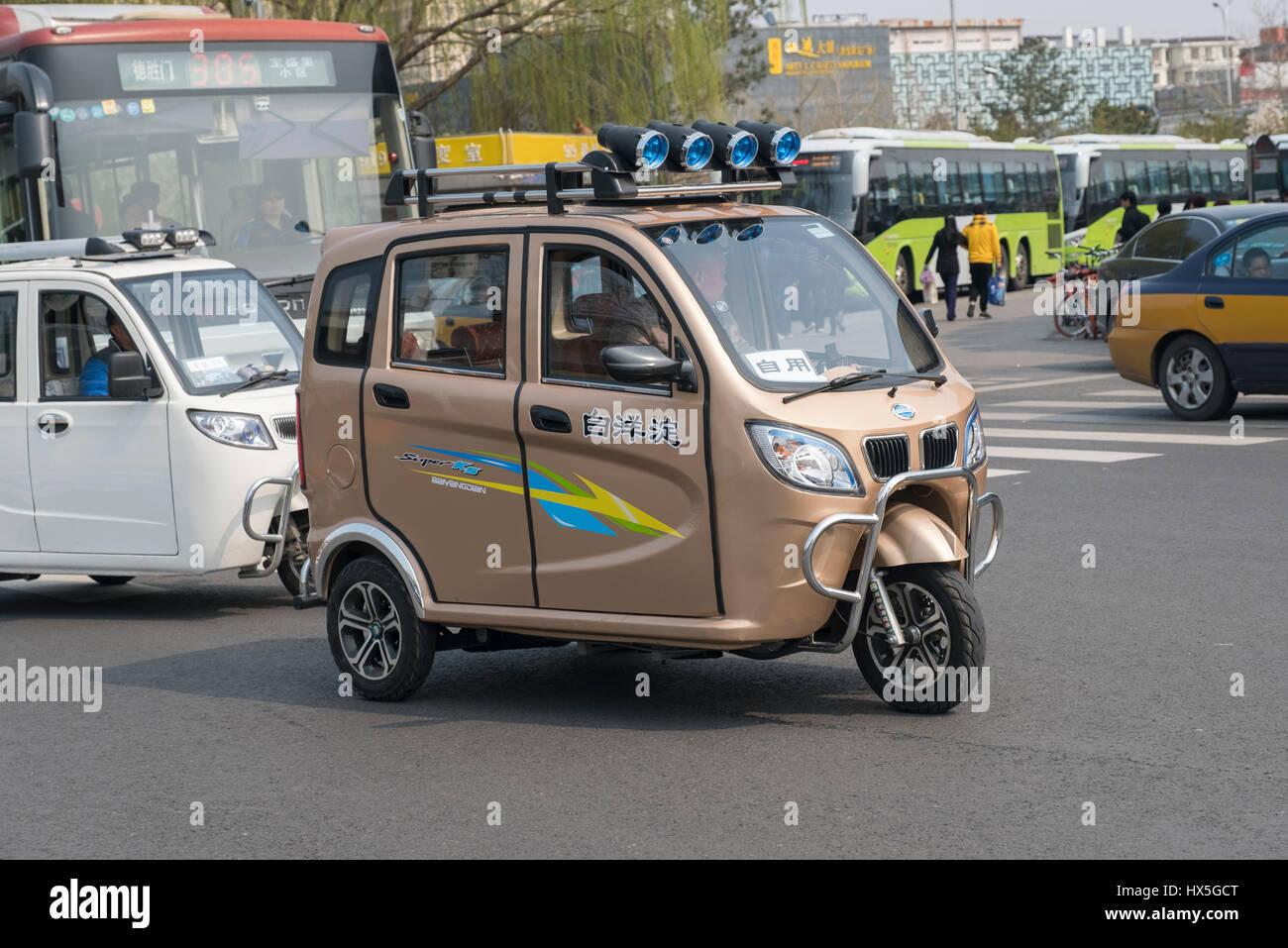 Mini coche eléctrico sin licencia en Beijing, China. 27-Mar-2017 Imagen De Stock