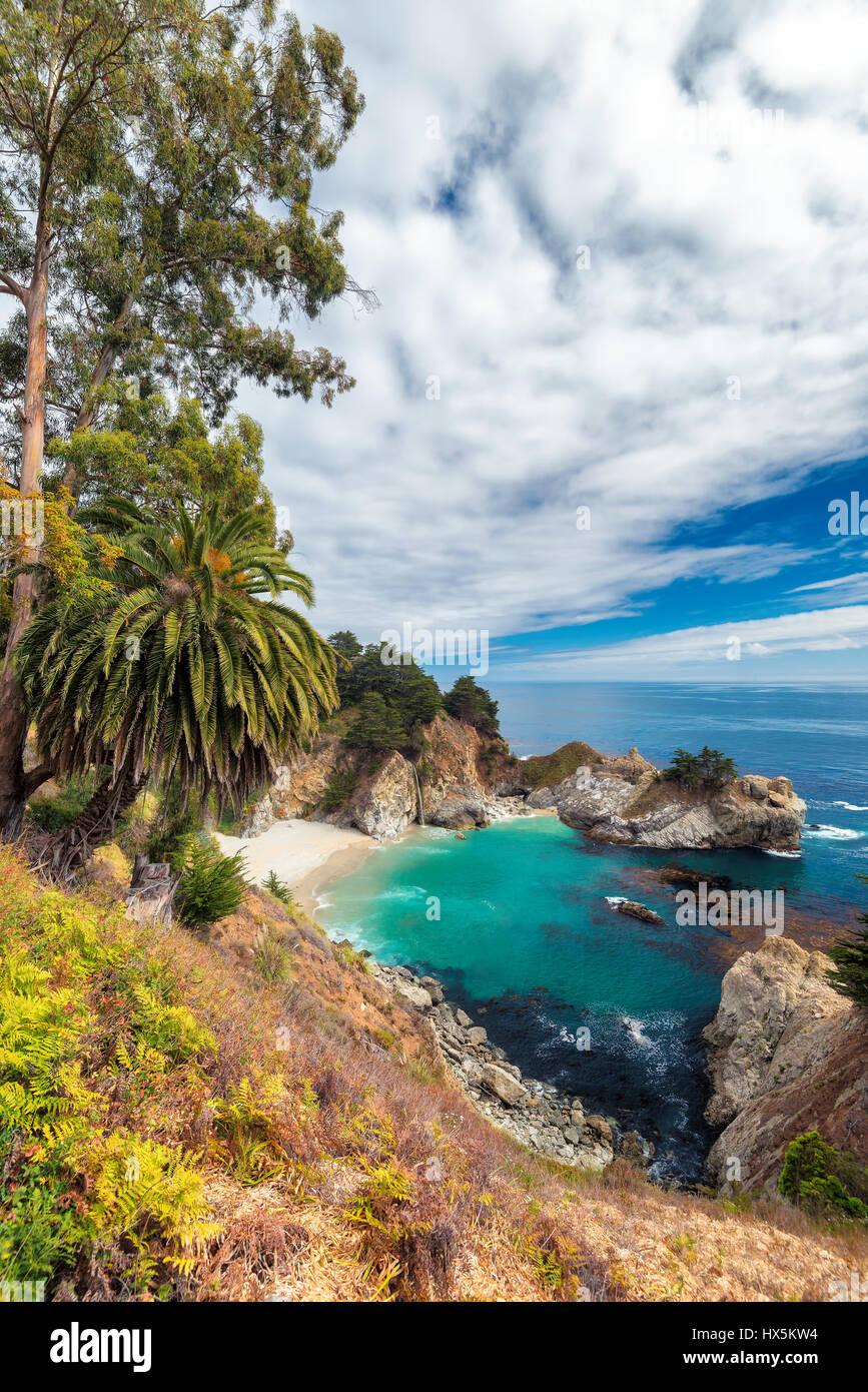 California Beach y caídas, Julia Pfeiffer Beach, McWay Falls. Imagen De Stock