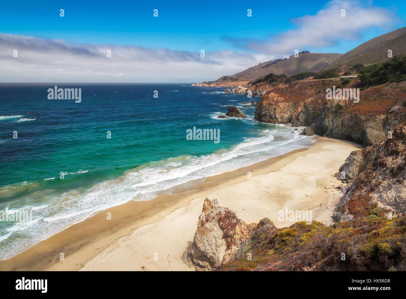 Hermosa vista de la playa de California, la costa del Pacífico, cerca de la carretera estatal 1. Foto de stock