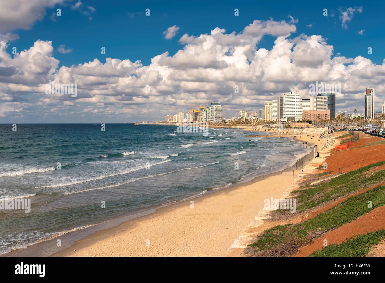 Tel Aviv costa con vistas del mar Mediterráneo y rascacielos, Israel. Imagen De Stock