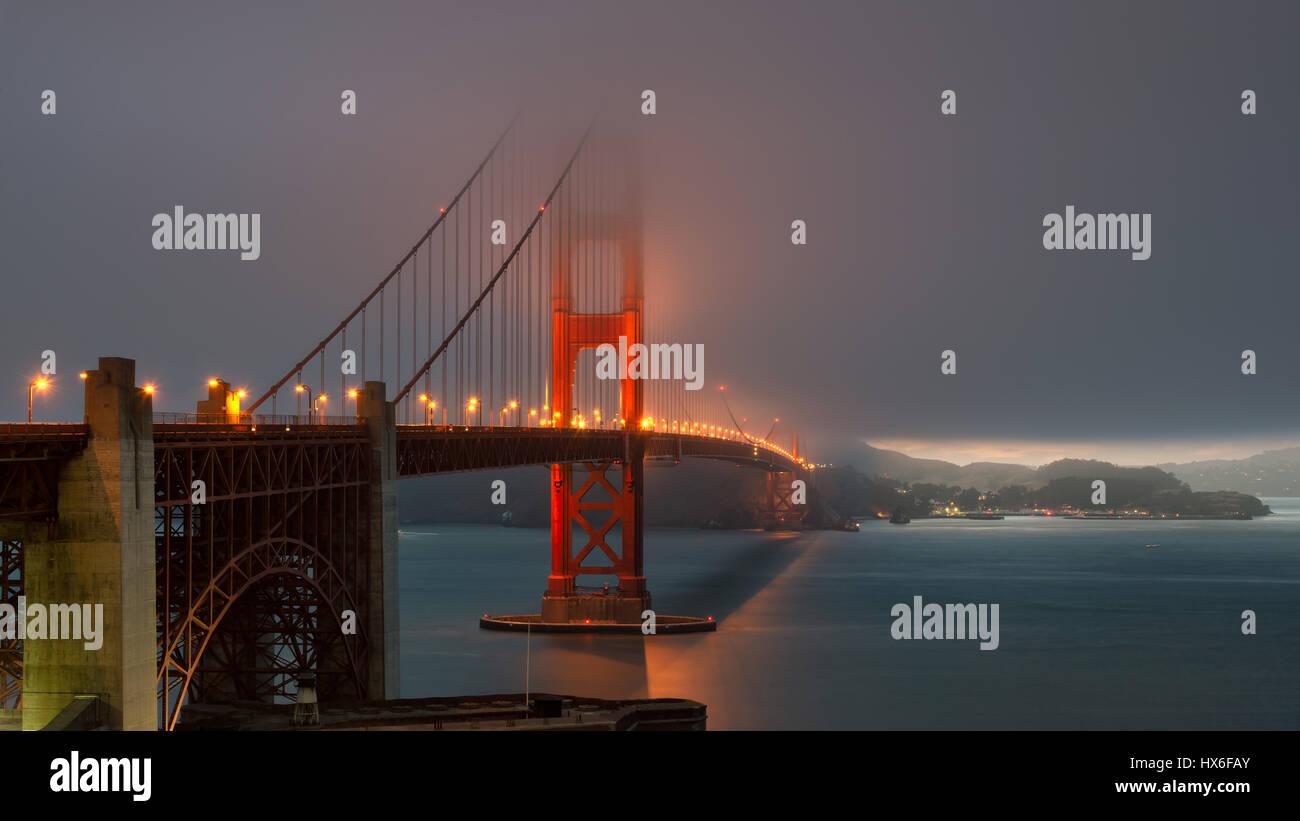 Hora mágica en el puente Golden Gate, al atardecer en la niebla. Imagen De Stock