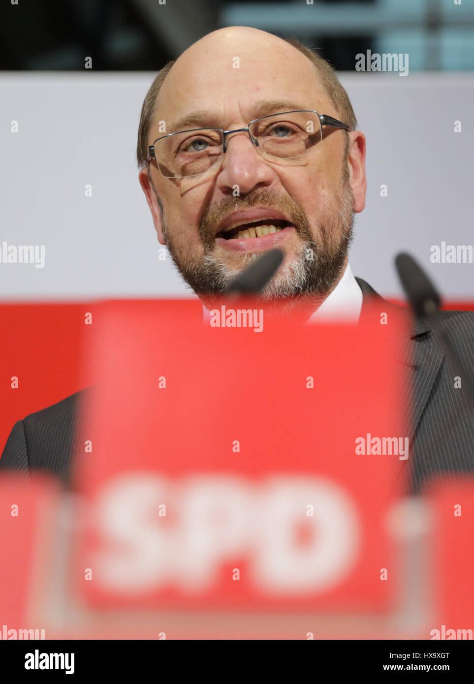 Berlín, Alemania. 26 Mar, 2017. Martin Schulz, presidente y el canciller candidato del Partido Social Demócrata de Alemania (SPD), ofrece comentarios tras las elecciones del estado de Saarland, en Berlín, Alemania, el 26 de marzo de 2017. Foto: Kay Nietfeld/dpa/Alamy Live News Foto de stock