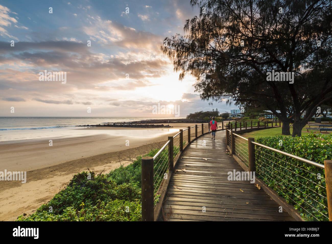 Temprano en la mañana walker en la Esplanade Boardwalk en Bargara Beach, Bundaberg, Queensland, Australia Foto de stock