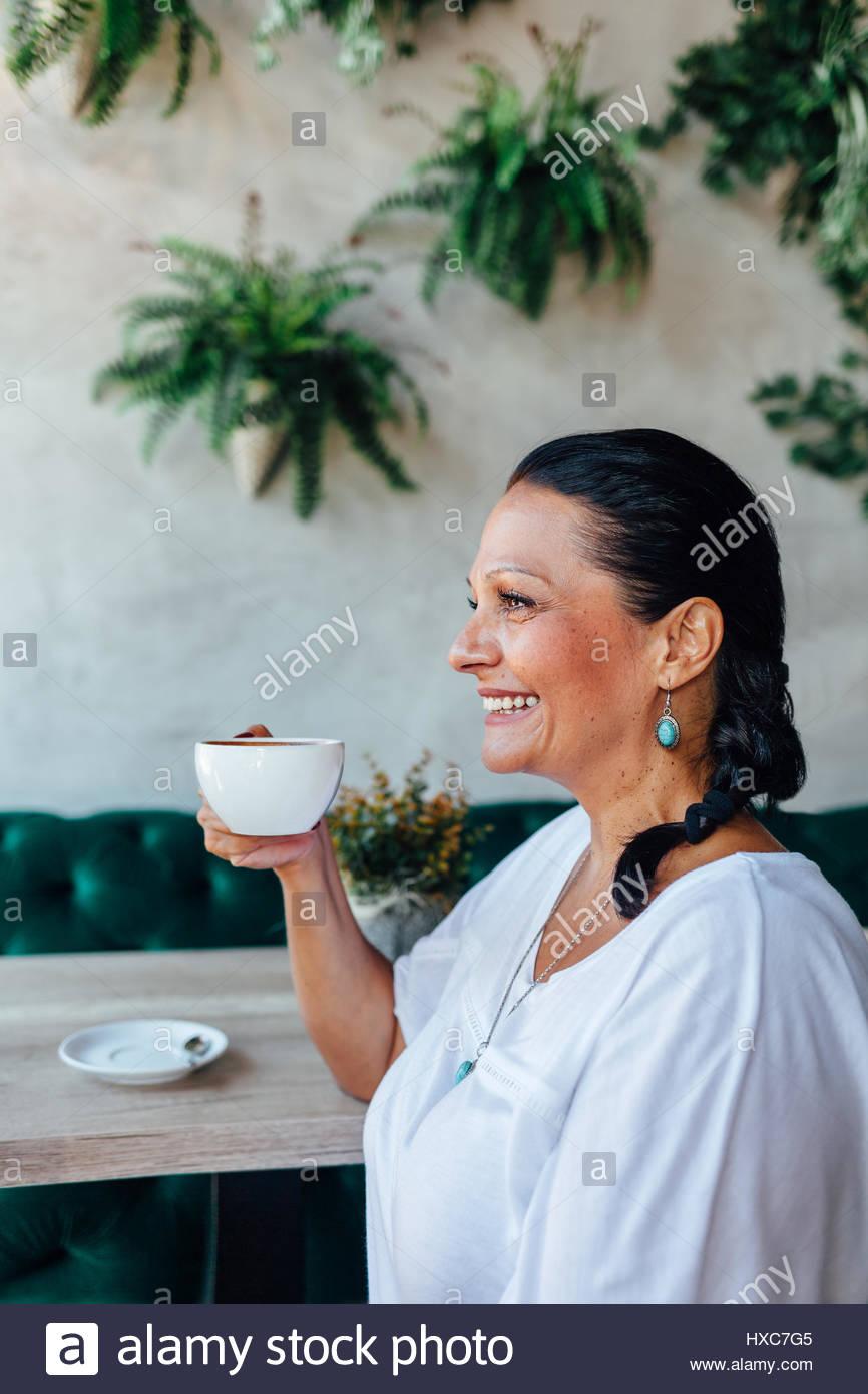 Retrato de hermosa mujer de mediana edad en un café Imagen De Stock