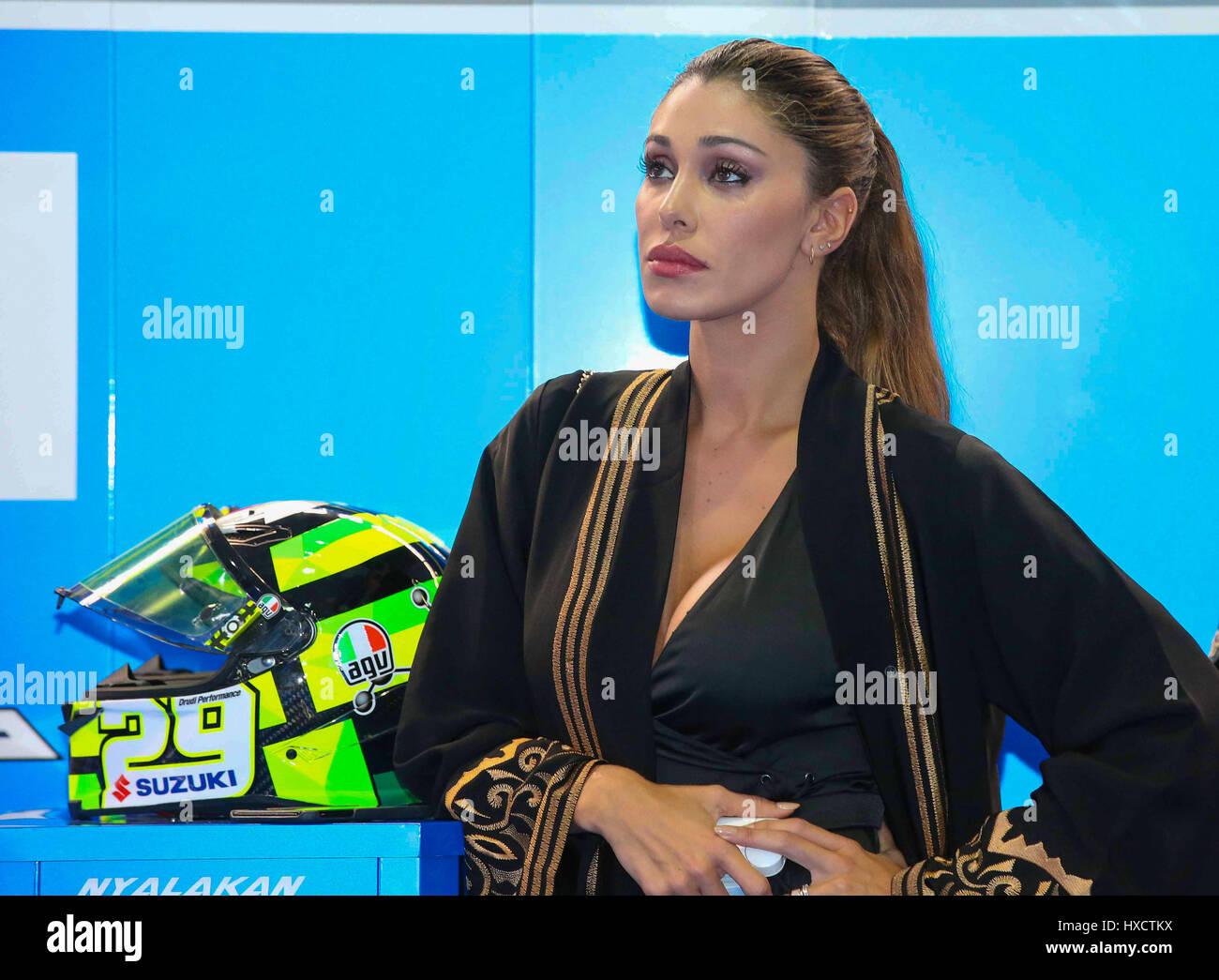 Doha Qatar El 27 De Marzo De 2017 Belen Rodriguez De Argentina Y La Novia El Piloto Italiano Andrea Iannone Mira En La Caja Durante La Carrera De Motogp Durante La Carrera