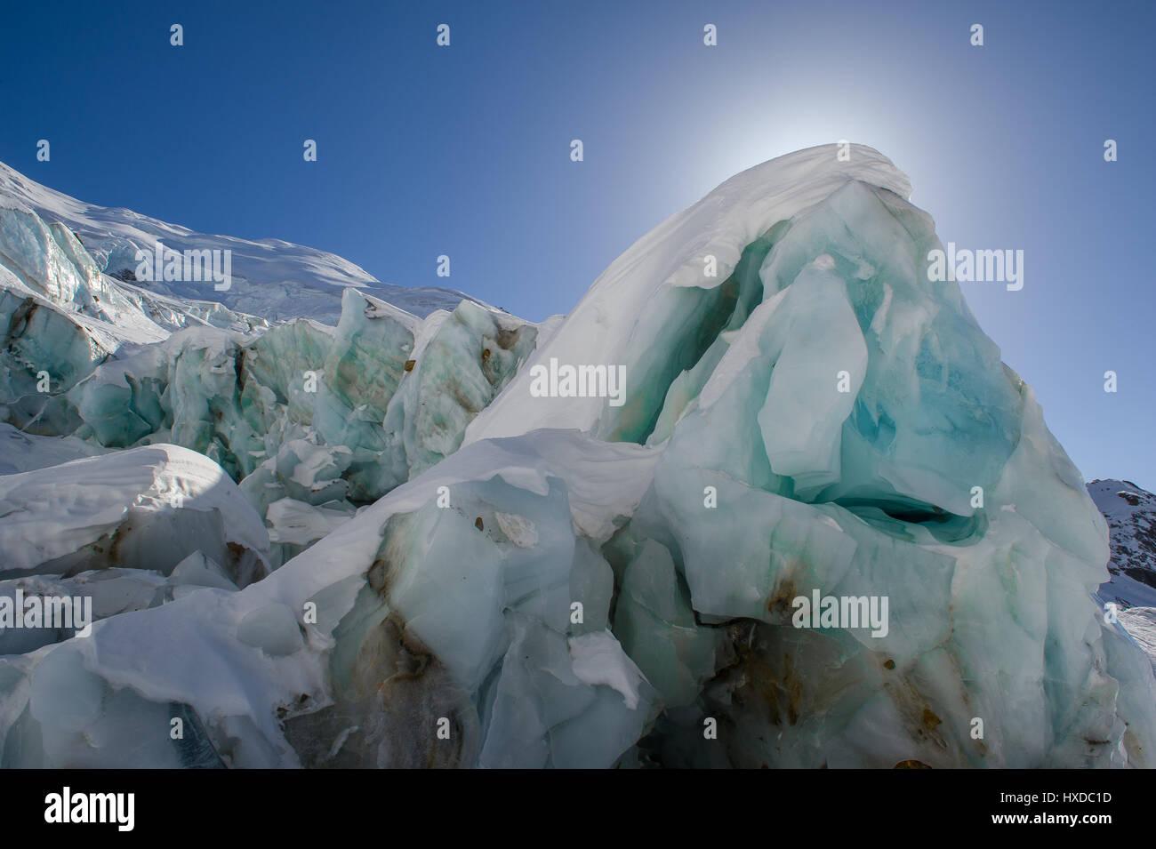 Bloque de hielo de un glaciar de los Alpes Foto de stock