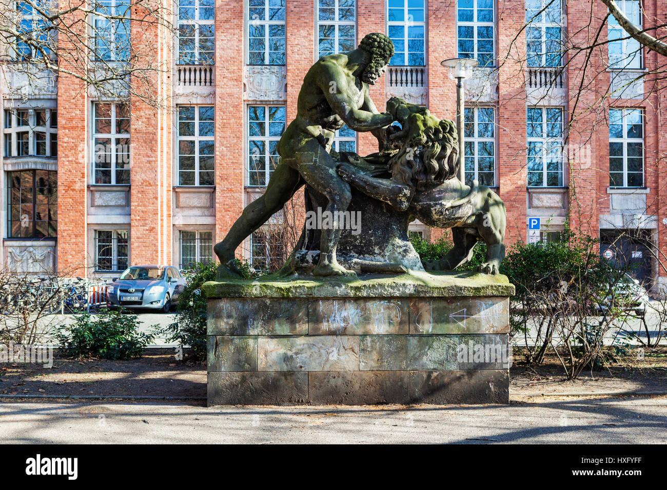 Hércules luchando contra el león Nemean, Público arwork escultura en piedra por Gottfried Schadow en Köllnischen Park. Köllnischer Park es un parque público en Mitte, Foto de stock