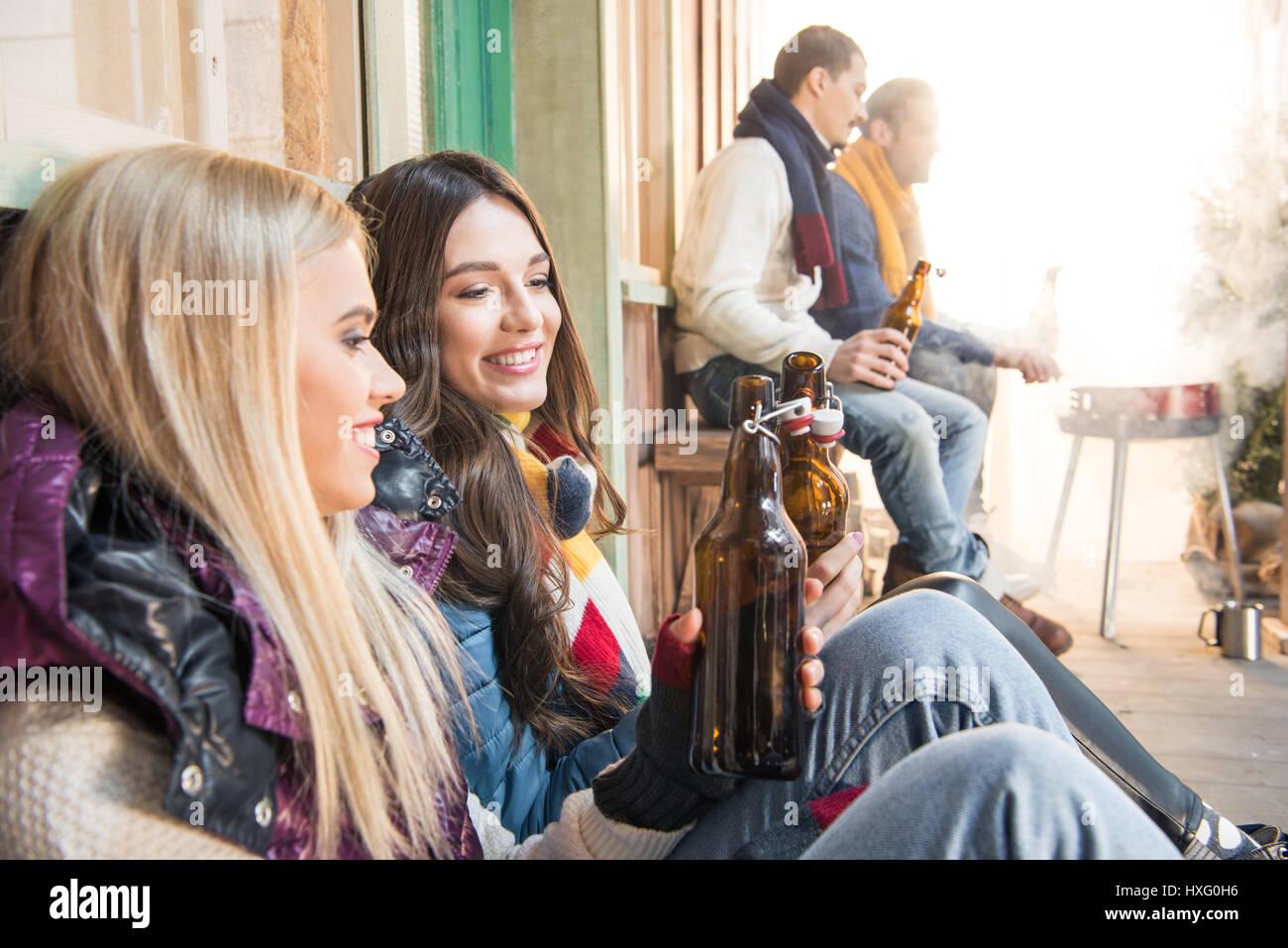 Vista lateral de la alegre amigos bebiendo cerveza sobre barbacoa Imagen De Stock