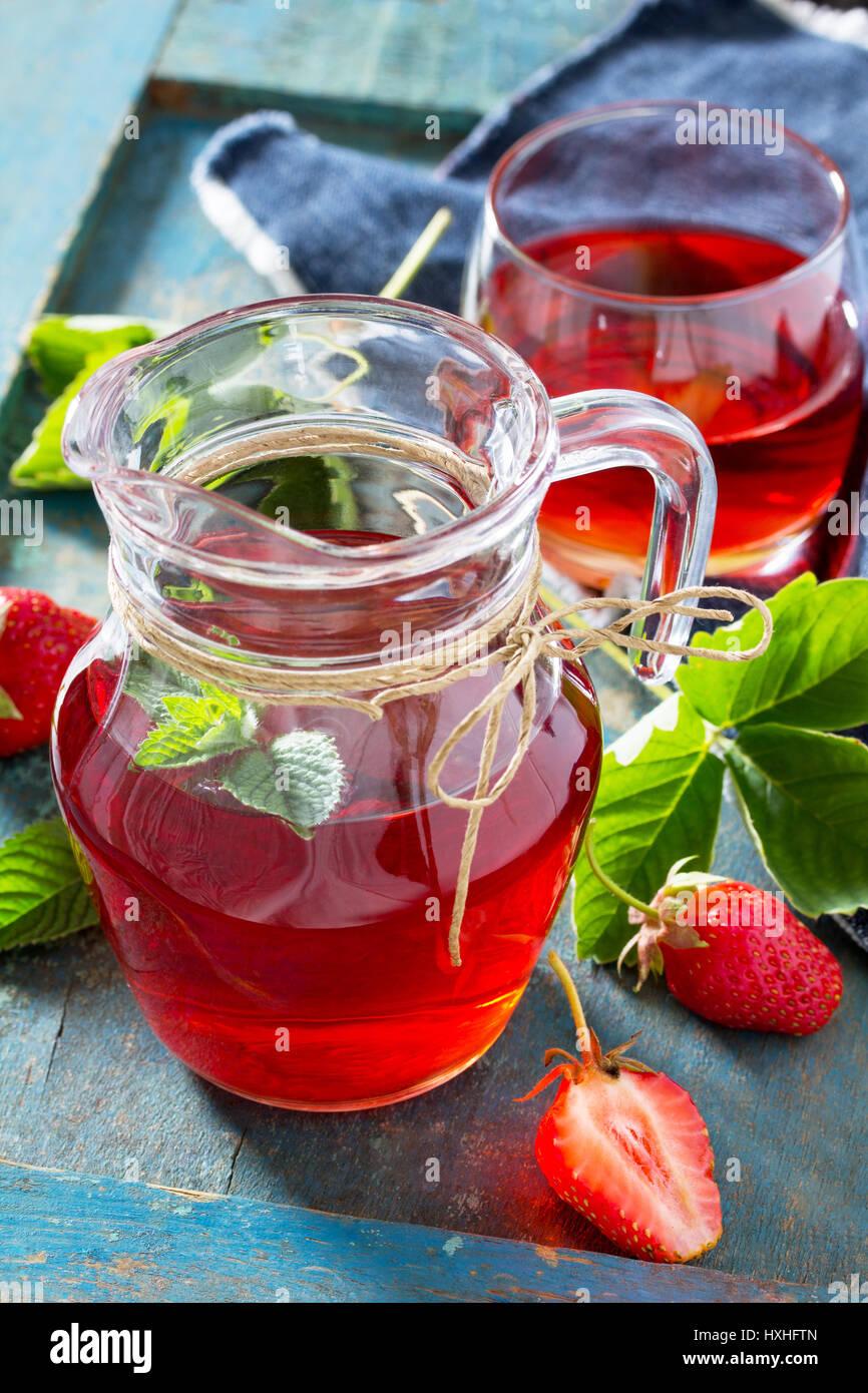 El jugo de fresas. El concepto de comer los vegetarianos y vitaminas frescas. Imagen De Stock