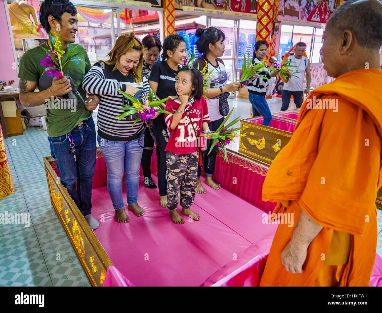 Bang Kruai, Nonthaburi, Tailandia. 29 Mar, 2017. Una familia se encuentra en el ataúd de tamaño familiar Imagen De Stock