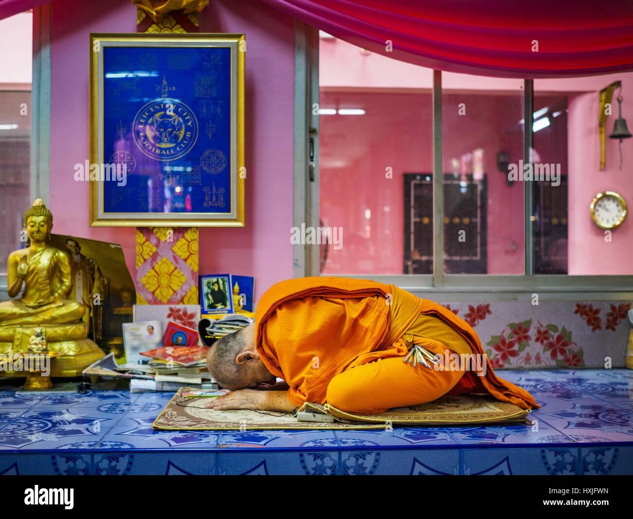Bang Kruai, Nonthaburi, Tailandia. 29 Mar, 2017. Un monje budista lleva una oración durante un ''Resurrección Imagen De Stock