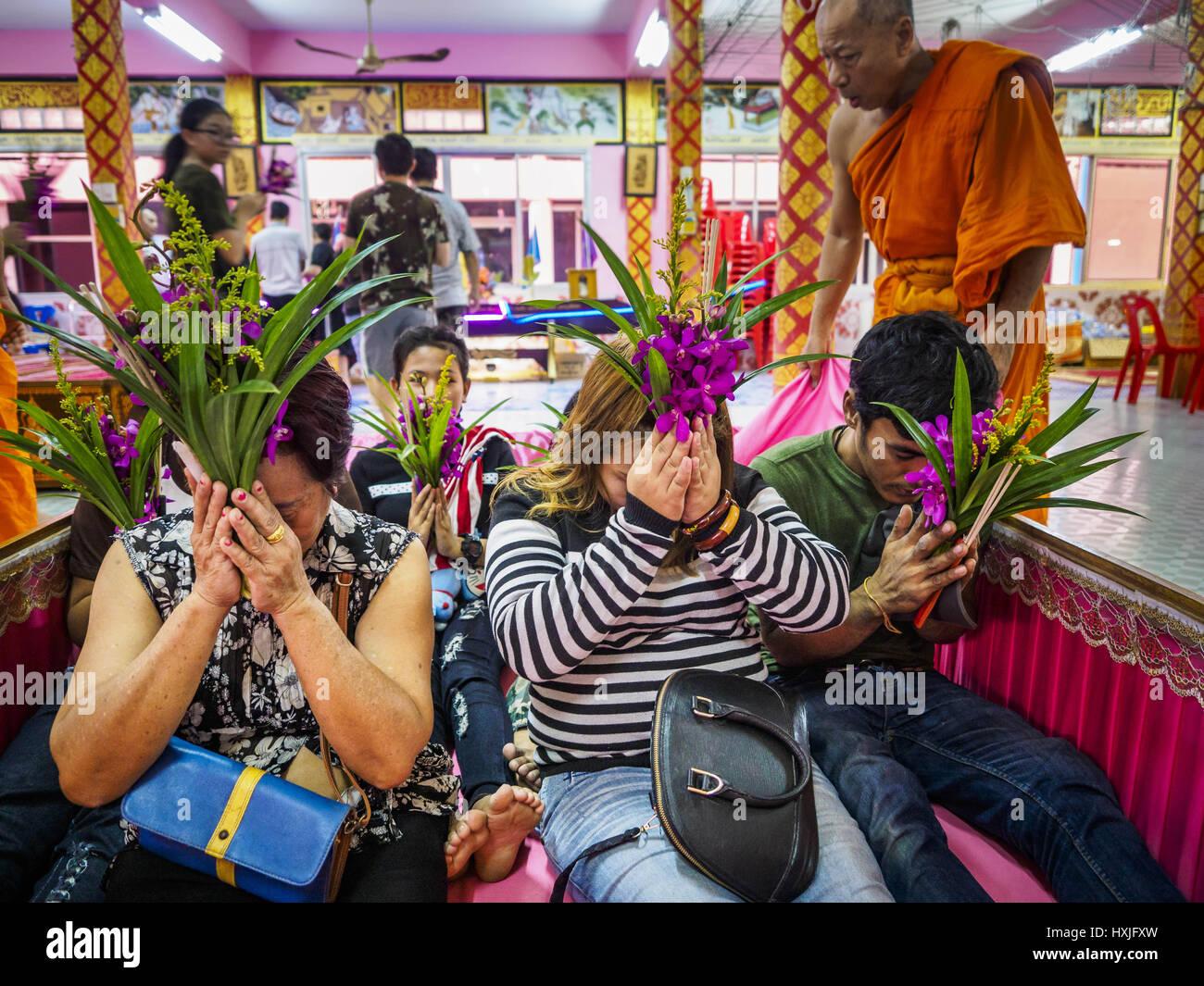 Bang Kruai, Nonthaburi, Tailandia. 29 Mar, 2017. Una familia se sienta en un ataúd que representa su renacimiento Imagen De Stock