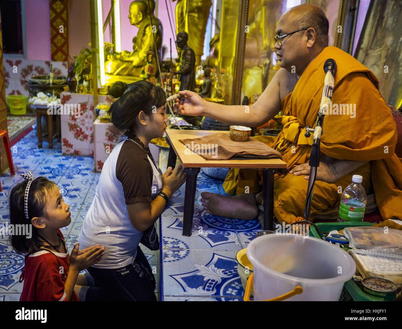 Bang Kruai, Nonthaburi, Tailandia. 29 Mar, 2017. Un monje budista annoints devotos después de un ''Resurrección Imagen De Stock