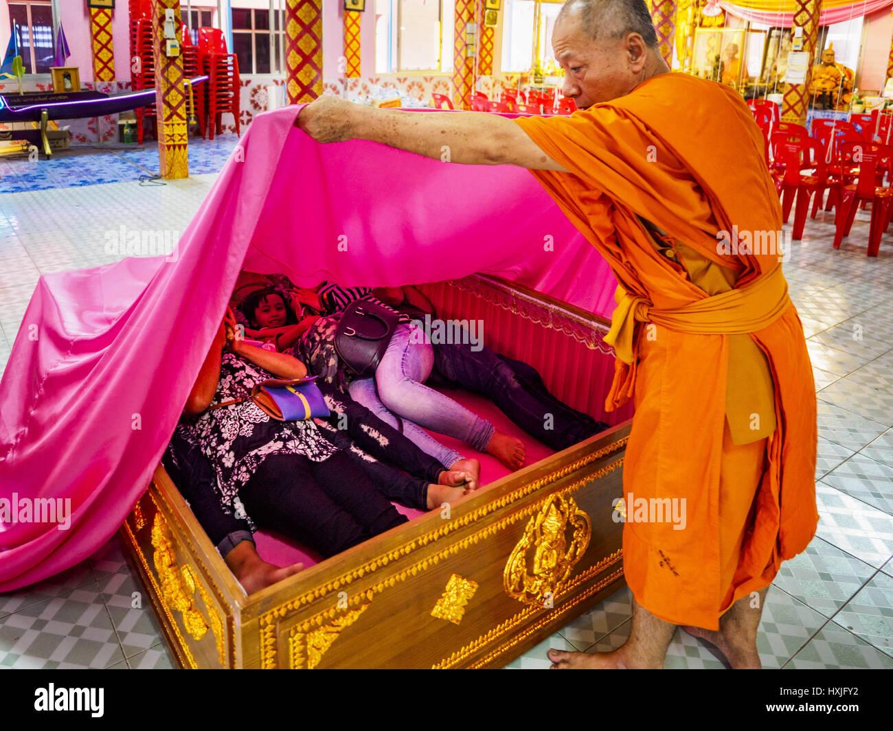 Bang Kruai, Nonthaburi, Tailandia. 29 Mar, 2017. Un monje budista extrae una hoja rosa más de una familia en Imagen De Stock