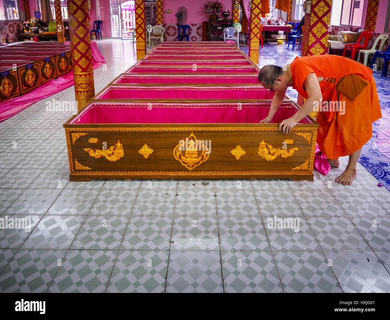 Bang Kruai, Nonthaburi, Tailandia. 29 Mar, 2017. Un monje budista recoge el dinero en un ataúd como donación Imagen De Stock