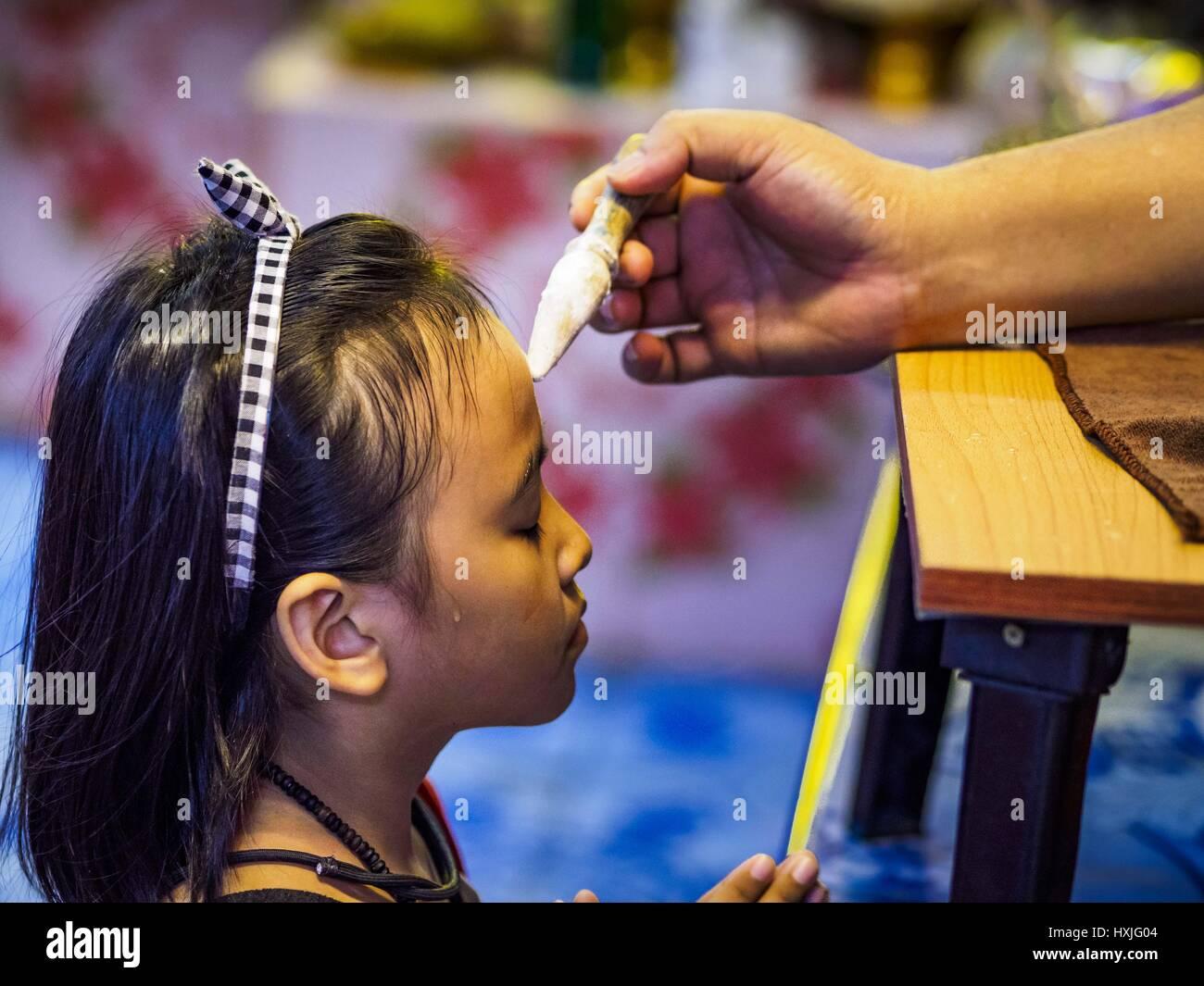Bang Kruai, Nonthaburi, Tailandia. 29 Mar, 2017. Una chica está consagrado después de ir a través Imagen De Stock
