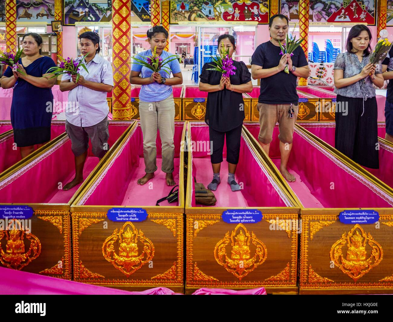 Bang Kruai, Nonthaburi, Tailandia. 29 Mar, 2017. La gente va a ir a través de sus rituales de muerte durante Imagen De Stock
