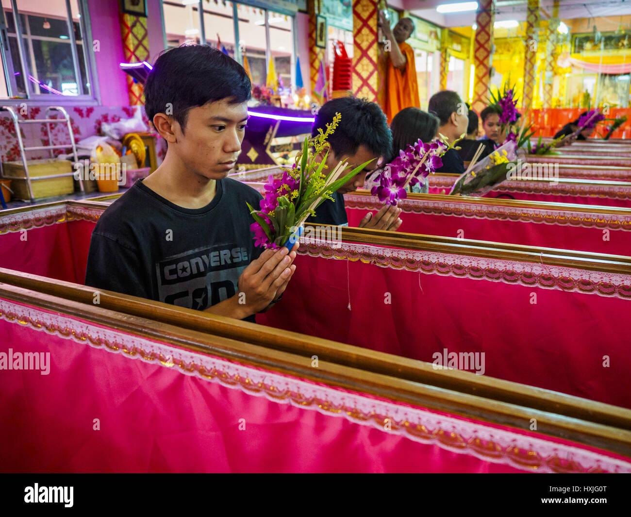 Bang Kruai, Nonthaburi, Tailandia. 29 Mar, 2017. Las personas se sientan en sus ataúdes durante su renacimiento Imagen De Stock