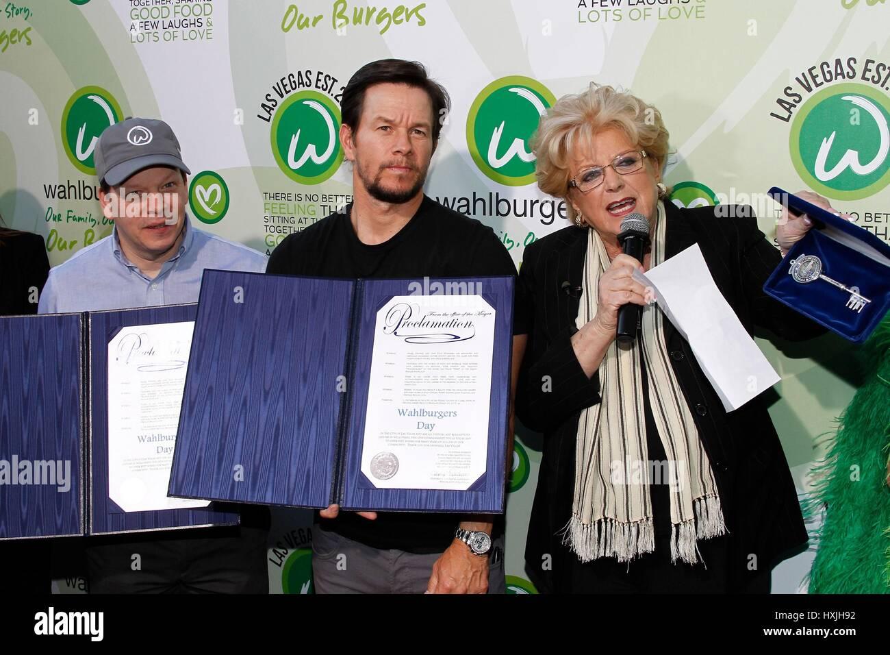 Las Vegas, NV, EE.UU.. 28 Mar, 2017. Paul Wahlberg, Mark Wahlberg, Caroline Goodman (Alcalde de Las Vegas), con Imagen De Stock