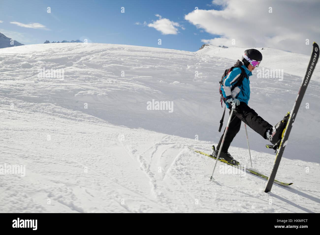 Un esquiador se extiende sobre la ladera de una pista en la Domaine de Balme ski resort en el Tour fuera de Chamonix Foto de stock