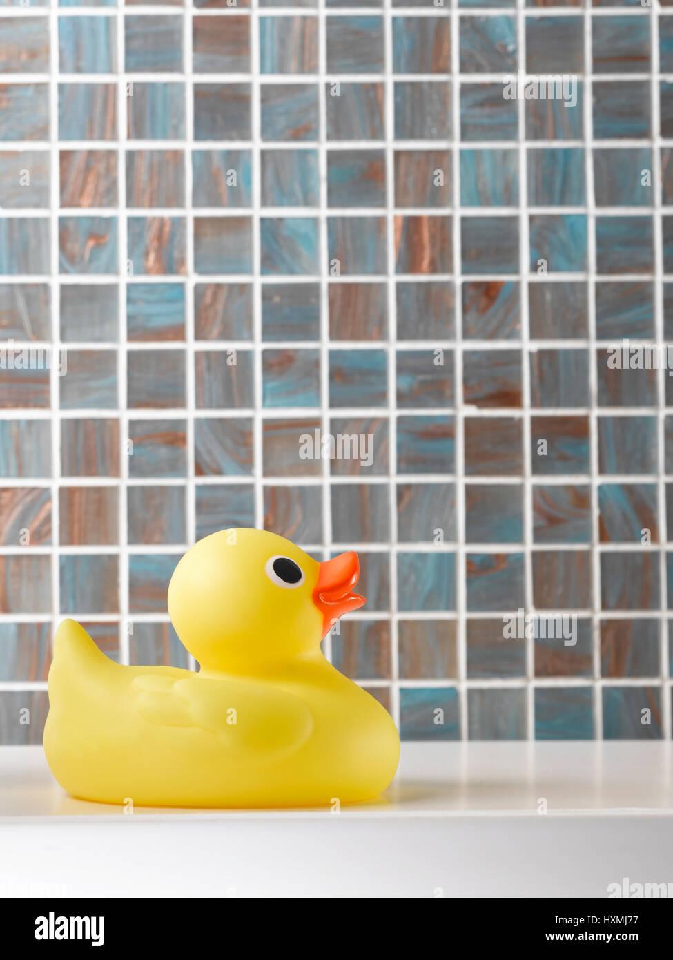 Patito amarillo sobre fondo en mosaico Foto de stock