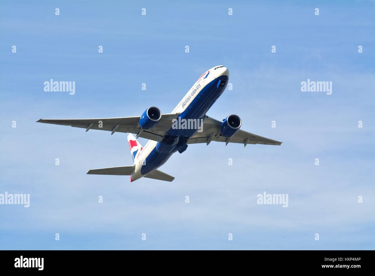 British Airways Boeing -777 pasajero avión despegando desde el aeropuerto de Heathrow, Londres, Gran Bretaña. Imagen De Stock