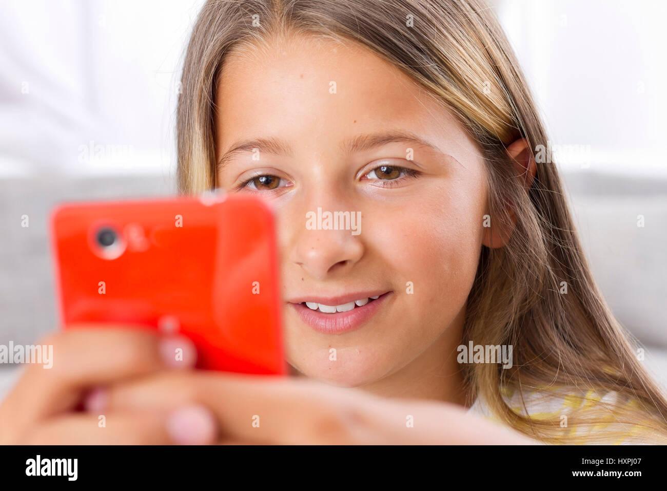 Joven con el smartphone, Smartphone mit Jugendliche gmbh Foto de stock
