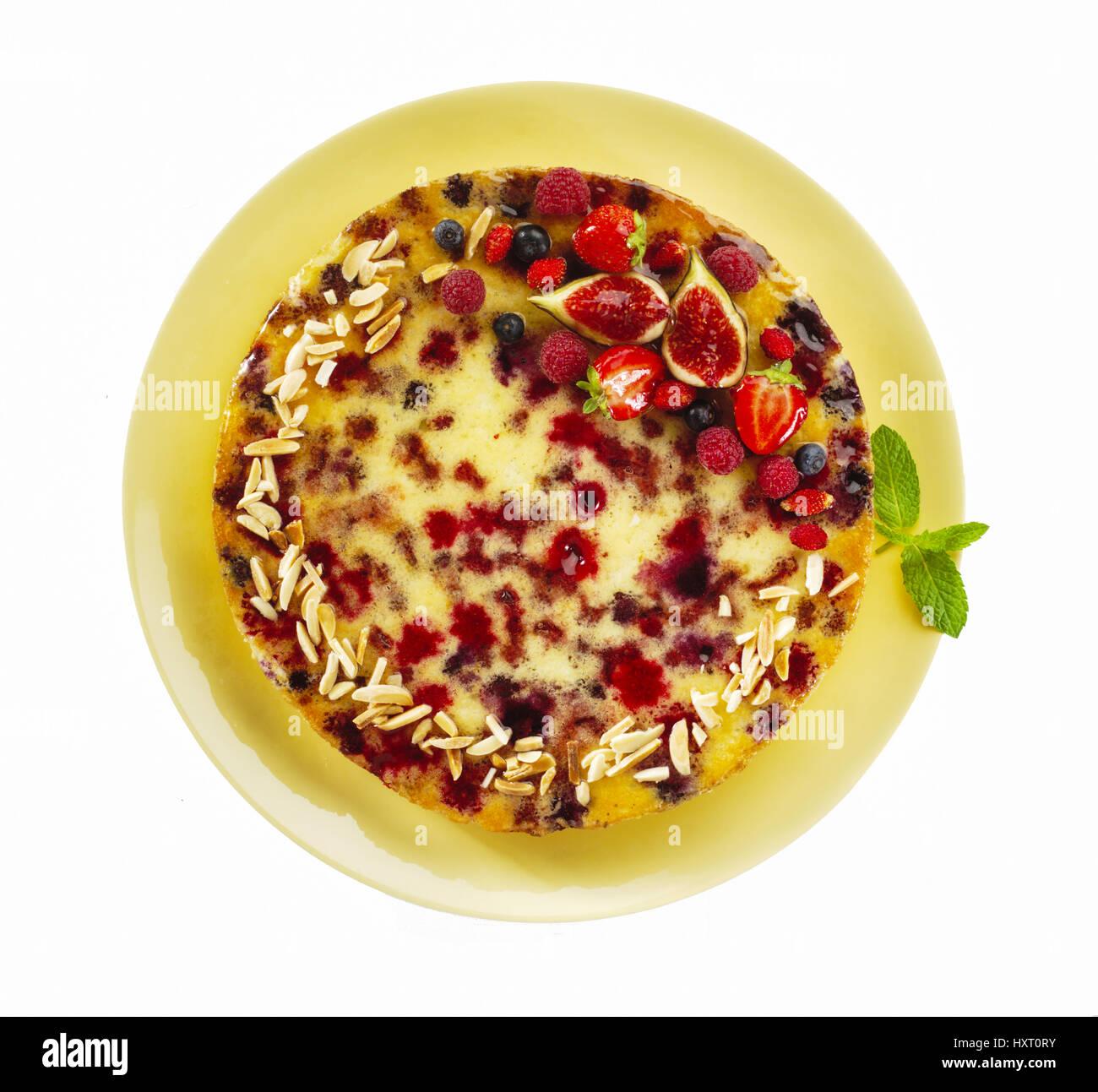 Pastel de frutas rojas y crema visto cenitalmente en Platón amarillo Imagen De Stock
