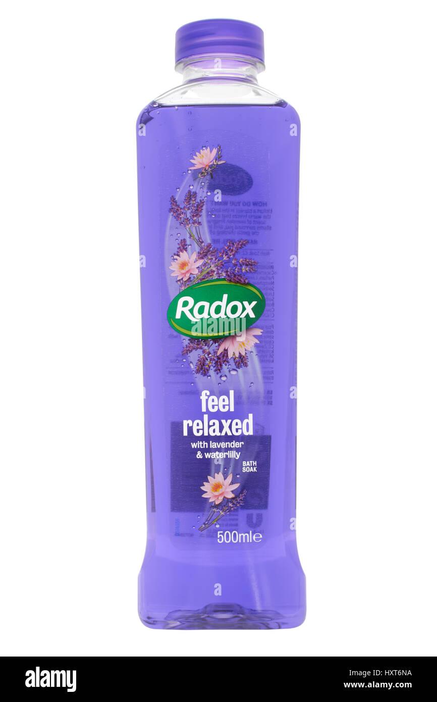 Botella de lavanda y waterlilly Radox bañera remojo sobre fondo blanco. Imagen De Stock