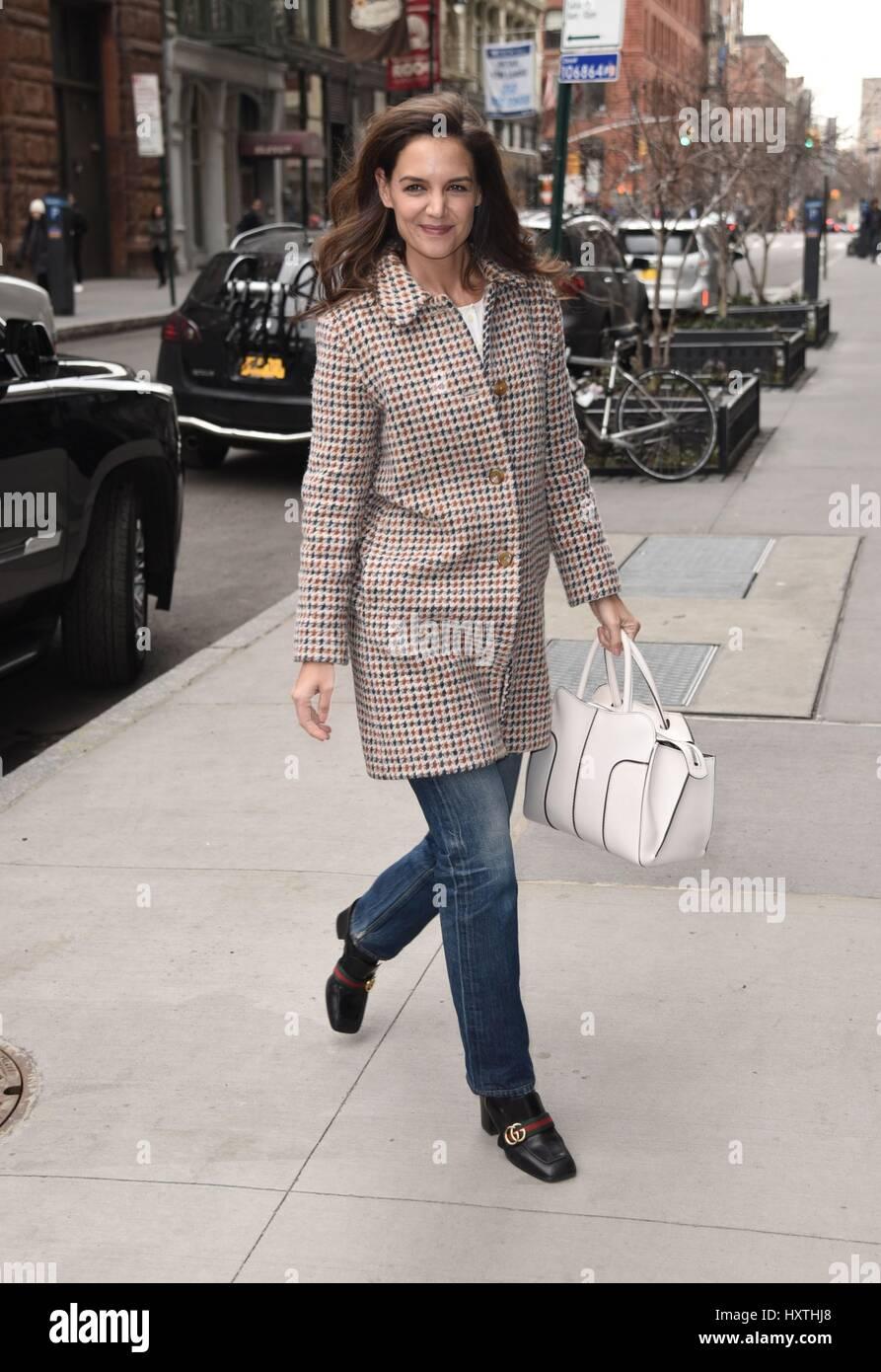 Nueva York, NY, EUA. 30 Mar, 2017. Katie Holmes y acerca del Celebrity Candids - Thu, Nueva York, NY el 30 de marzo Imagen De Stock